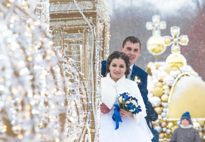 Почти три тысячи влюбленных поженятся в красивые даты февраля в Москве