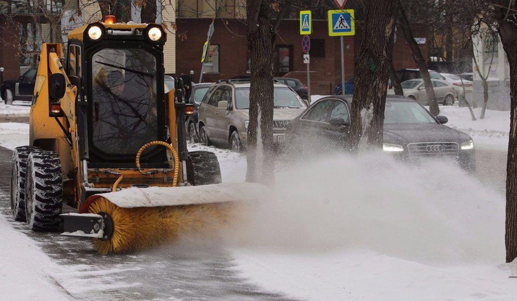 Городские службы очищают дороги от снега в усиленном режиме