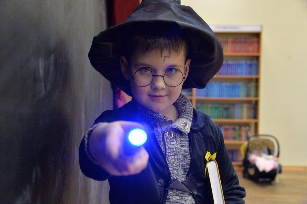 6 февраля 2020 года. 9-летний Ростислав Ступин пришел на квест, посвященный Гарри Поттеру, образе любимого героя. Фильмы про юного волшебника мальчик пересмотрел по несколько раз Фотофакт 9 февраля 2020 года. Фото: Пелагия Замятина