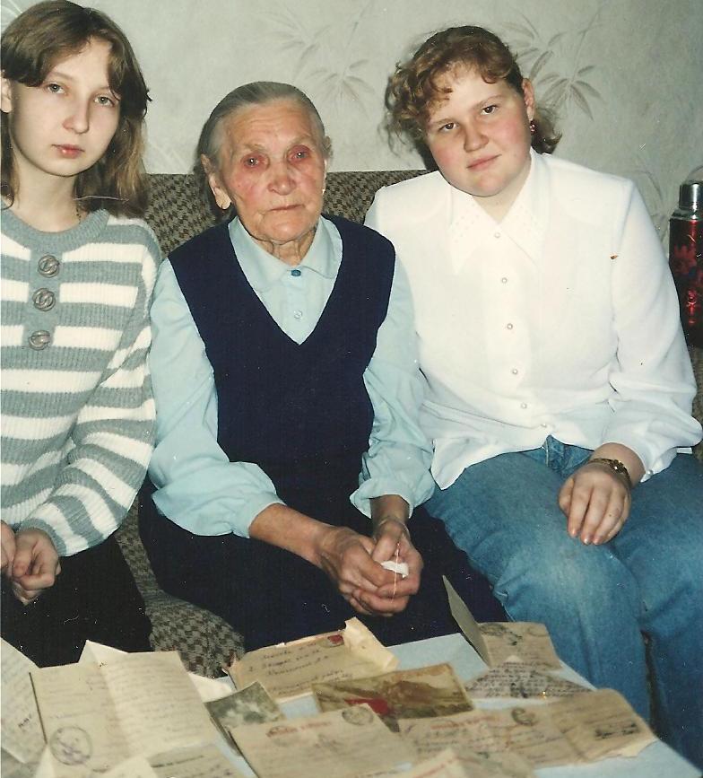 Анна Комзолкина показывает письма мужа молодому поколению. Фото предоставила Тамара Филатова