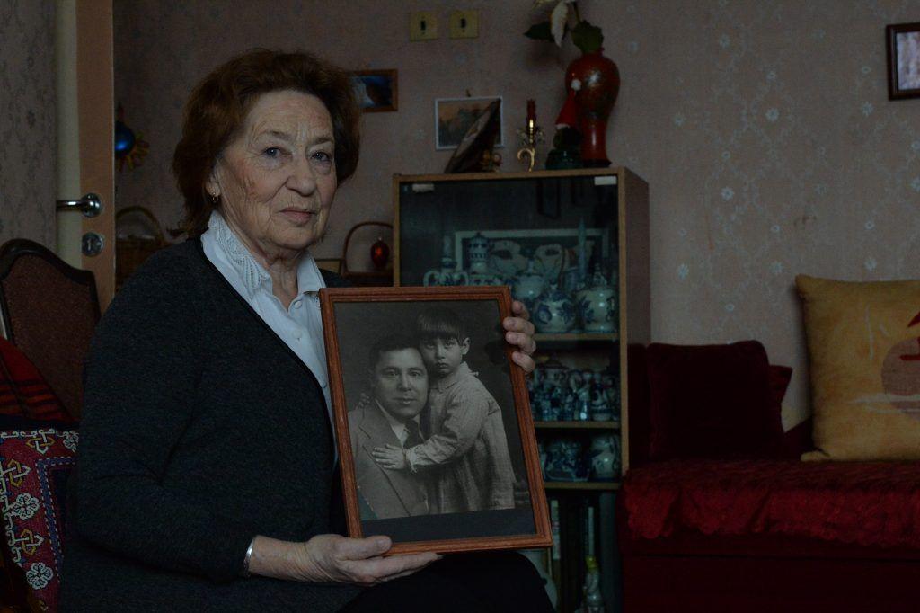 8 февраля 2020 года. Дочь поэта Чулпан Залилова держит фотографию, на которой она запечатлена с отцом. Фото: Пелагия Замятина