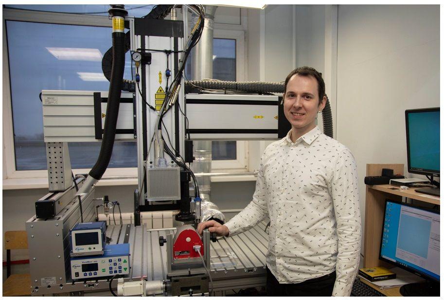 5 февраля 2020 года. Ученый МИФИ Константин Облов около своей разработки — 3D-принтера для печати микроэлектронных деталей. Фото: MEPHY.RU