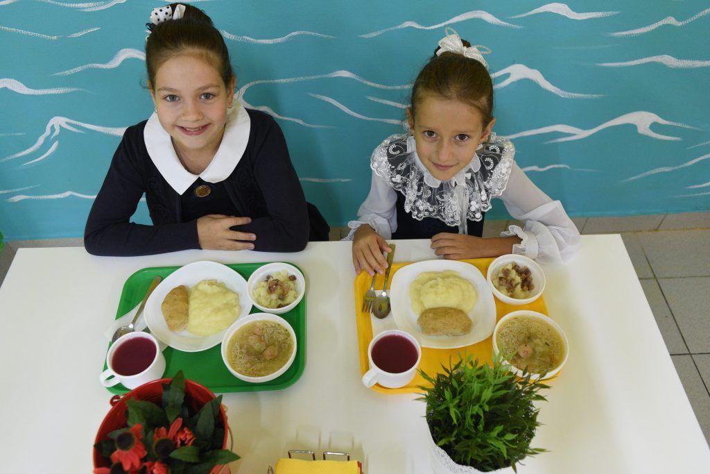 1 сентября 2019 года. Ученицы школы №904 Даша Бокова (слева) иКатя Васильева обедают встоловой. Фото: Пелагия Замятина