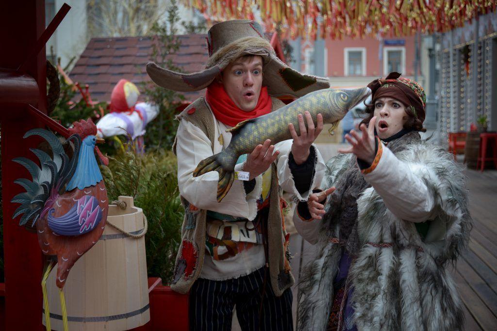 Для маленьких гостей на площадке на Ореховом бульваре организуют игровую ловлю рыбы. Фото: Наталья Феоктистова