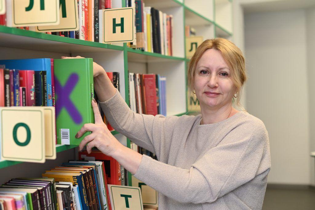Заведующая библиотекой № 150 Светлана Бурмистрова. Фото: Алексей Орлов