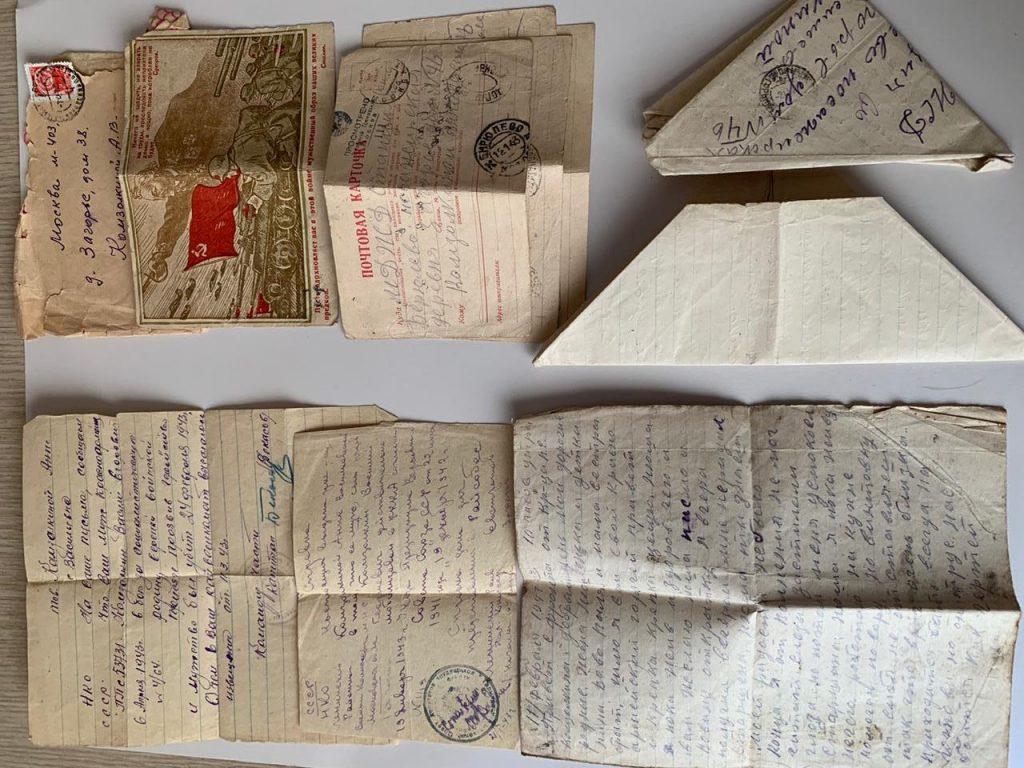 Открытки и письма, приходившие с фронта, до сих пор хранятся в семье. Фото предоставила Юлия Коренко