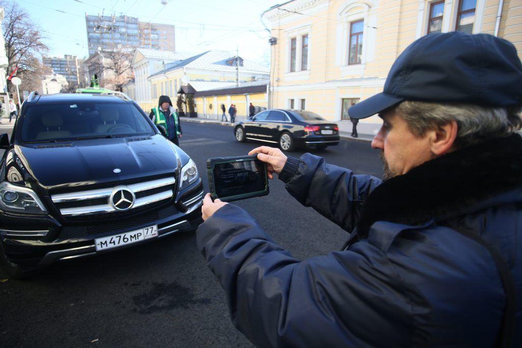 Москвичей предупредили о мошенниках, «возвращающих» эвакуированные авто