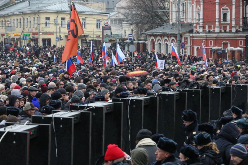 Около 8 тыс человек участвуют в марше памяти Бориса Немцова в Москве