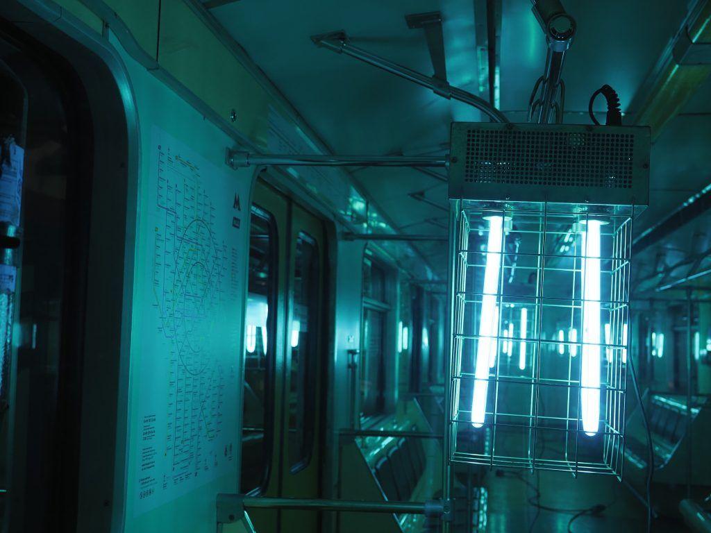 Для обеззараживания воздуха используют специальные ультрафиолетовые лампы. Фото: Антон Гердо