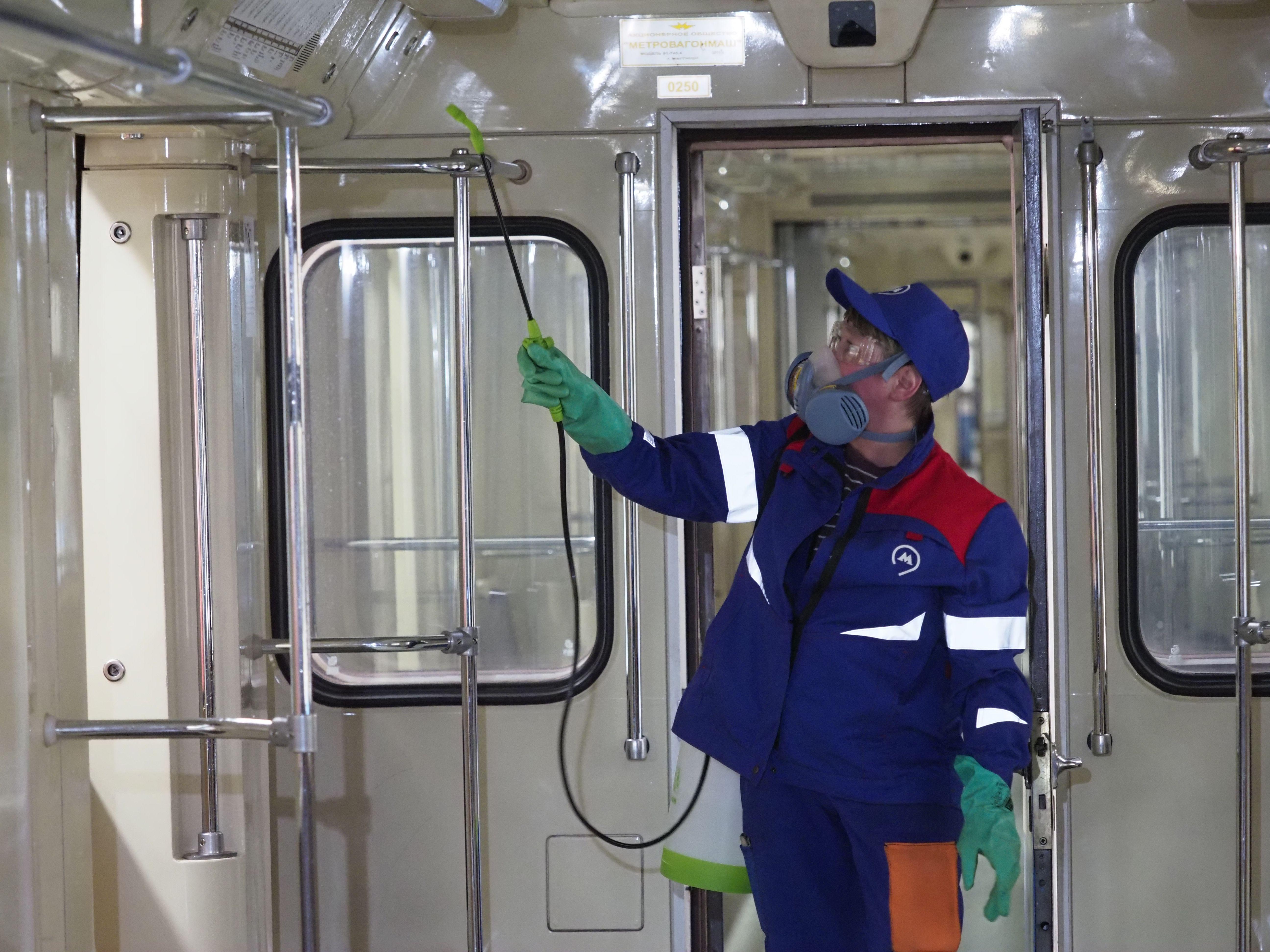 Меры дезинфекции усилили в метро Москвы