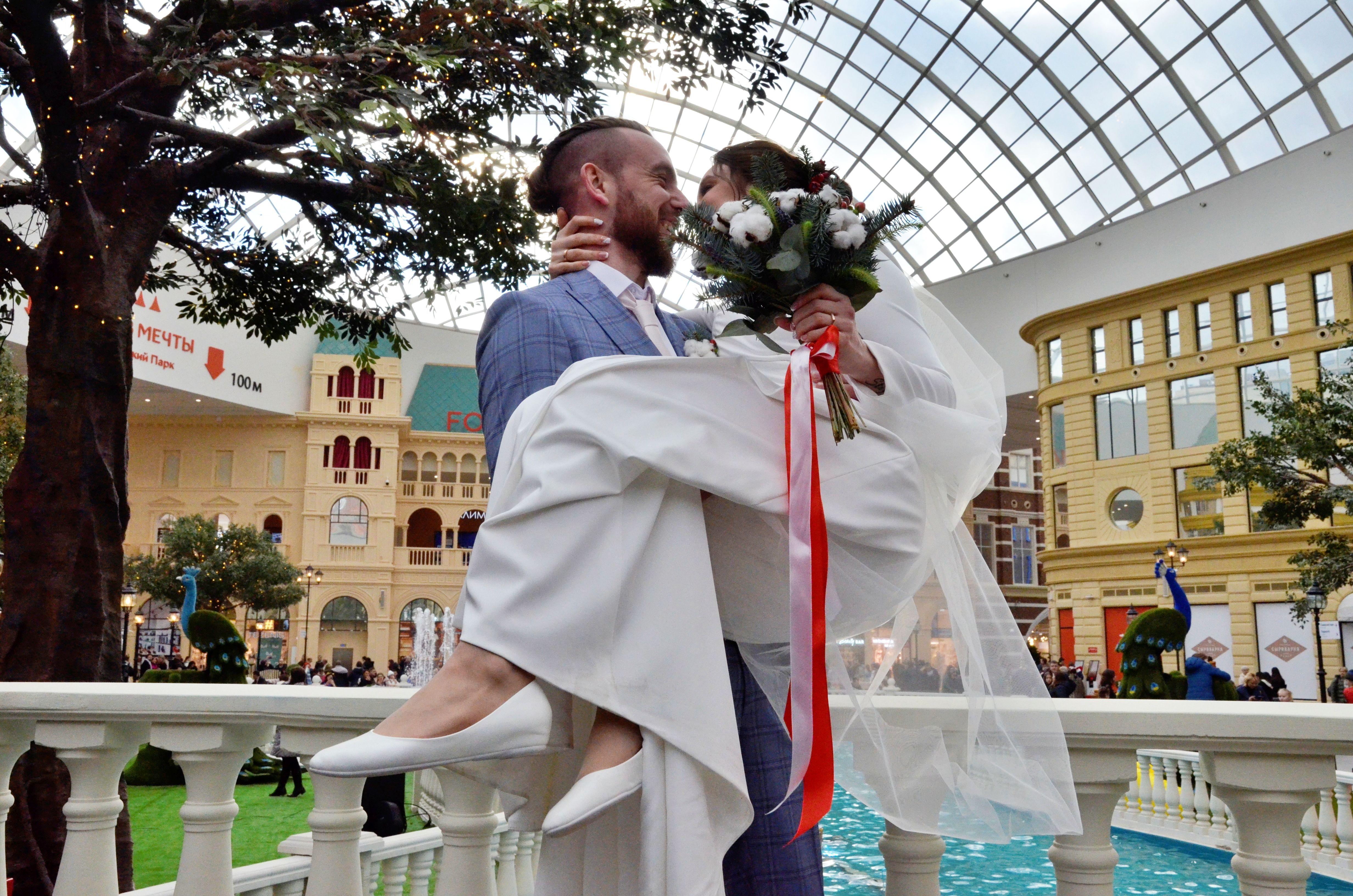 Молодожены сыграли свадьбу на открытии «Острова мечты»