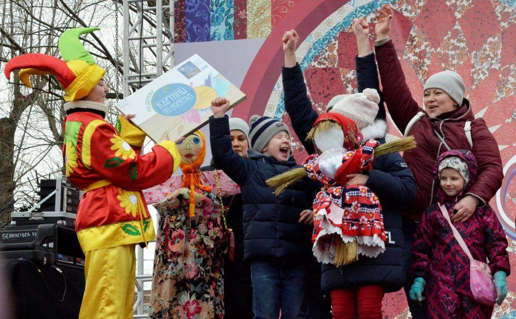 Победителям конкурса на лучшее чучело вручили подарки. Фото: Анна Быкова