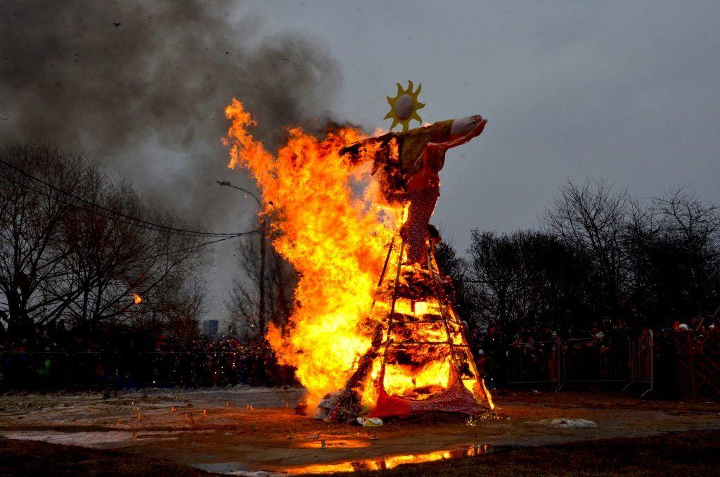 Кульминацией праздника стало сожжение чучела. Прощай, зима! Фото: Анна Быкова