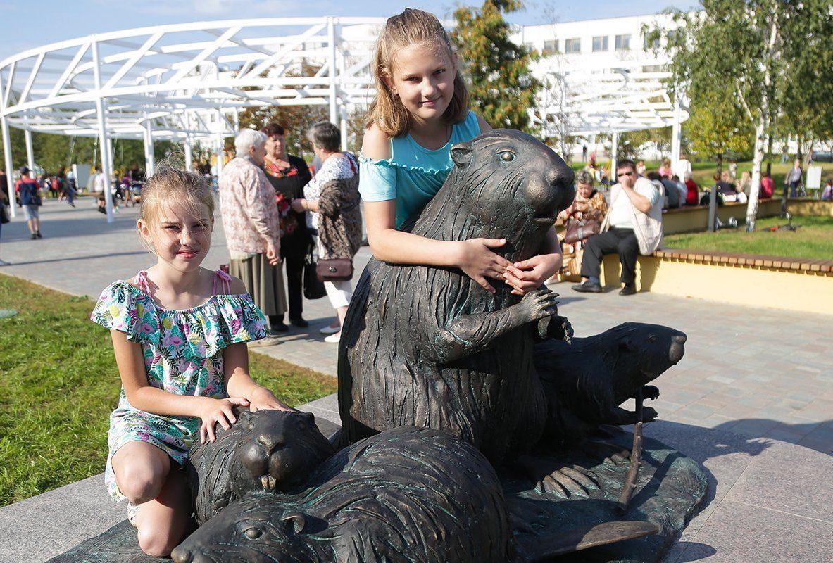 Ядовито зеленый слон и семейство бобров: как арт-объекты придают уникальность столичным районам