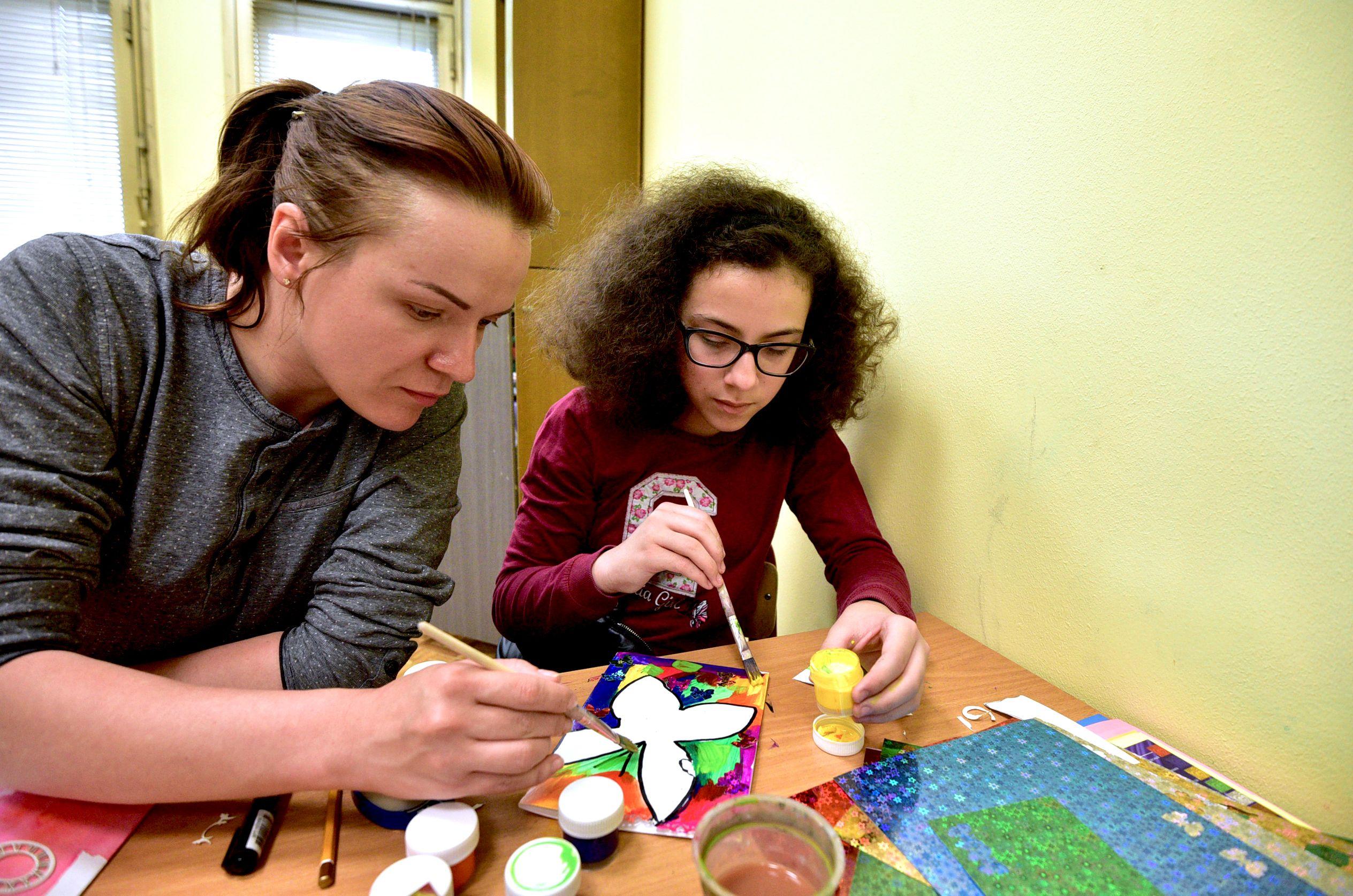 Оригинально украшать открытку маме научат в «Загорье»