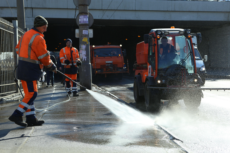 Сотрудники ЖКХ приступили к обработке столичных дорог