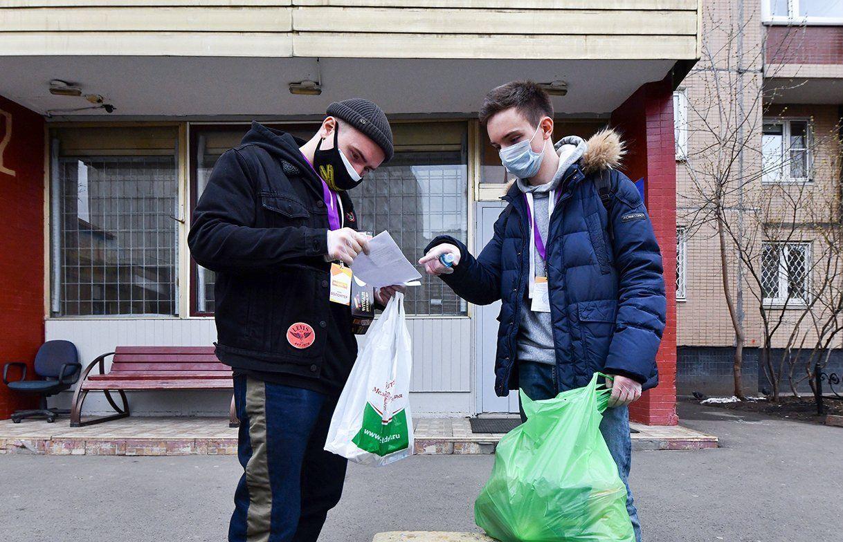 Около 1,2 тыс волонтеров и 10 тыс соцработников помогают пожилым москвичам на самоизоляции