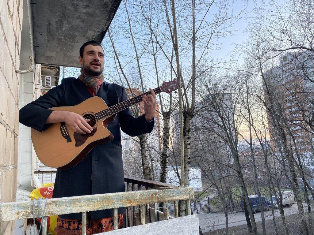 12 апреля 2020 года. Музыкант Артем Горваль решил поднять своим соседям на самоизоляции настроение и устроил для них концерт с балкона дома в Чертанове Северном. Молодой человек исполнил для них песню из «Бременских музыкантов». Фото: из личного архива