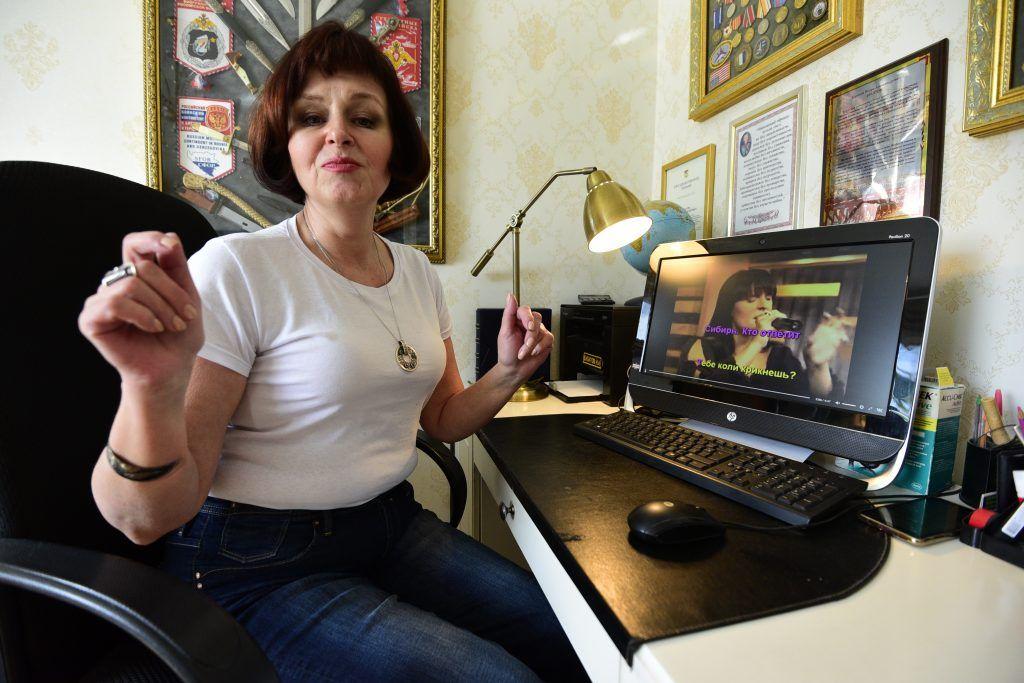 26 марта 2020 года. 59-летняя жительница Братеева Лидия Булатова уверена, сейчас отличное время для перезагрузки. В течение дня она успевает позаниматься пением. Фото: Пелагия Замятина