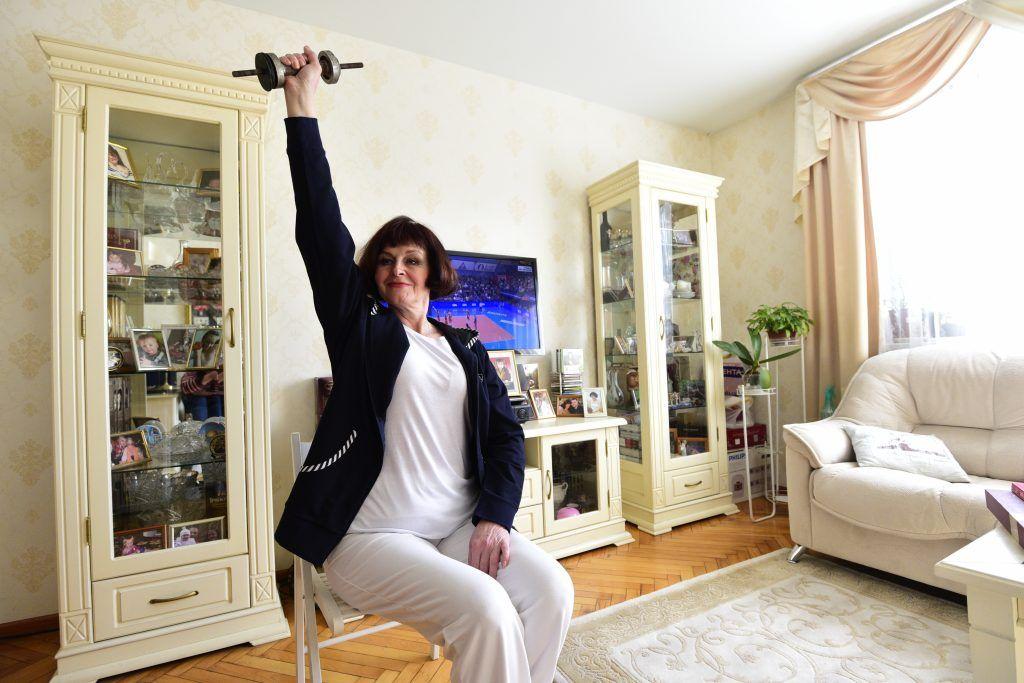26 марта 2020 года. 59-летняя жительница Братеева Лидия Булатова уверена, сейча...спортом. Фото: Пелагия Замятина26 марта 2020 года. 59-летняя жительница Братеева Лидия Булатова уверена, сейчас отличное время для перезагрузки. В течение дня она успевает позаниматься шитьем  спортом. Фото: Пелагия Замятина