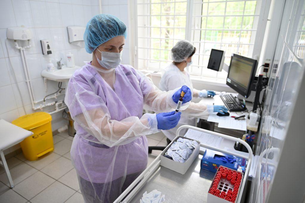 15 мая 2020 года. Лаборант филиала 3 поликлиники № 2 Елена Черткова проводит анализ. Фото: Алексей Орлов
