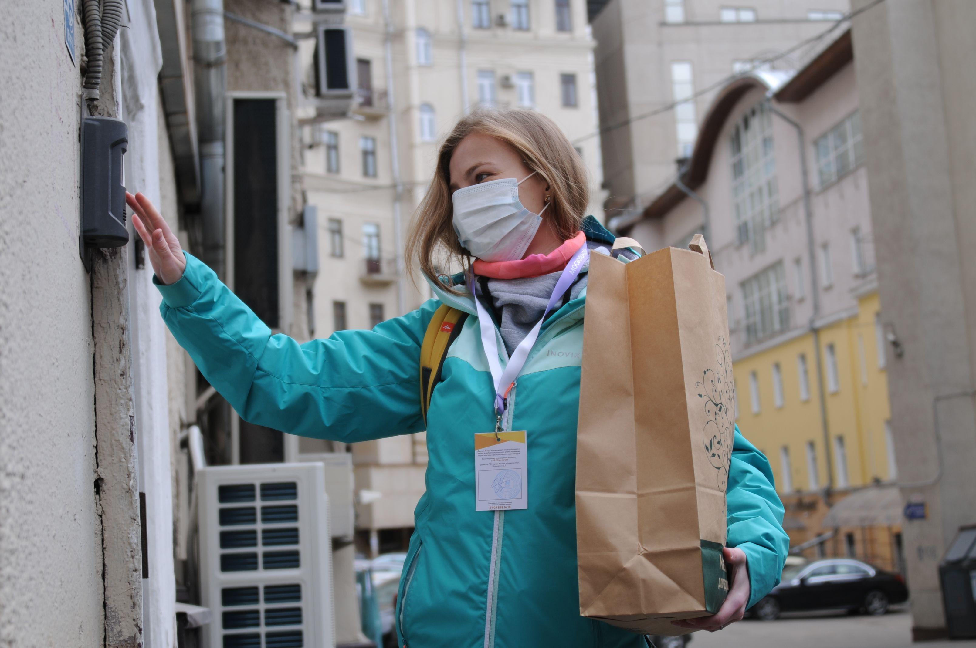 Волонтеры доставили пенсионерам более 20 тонн продуктов в Москве