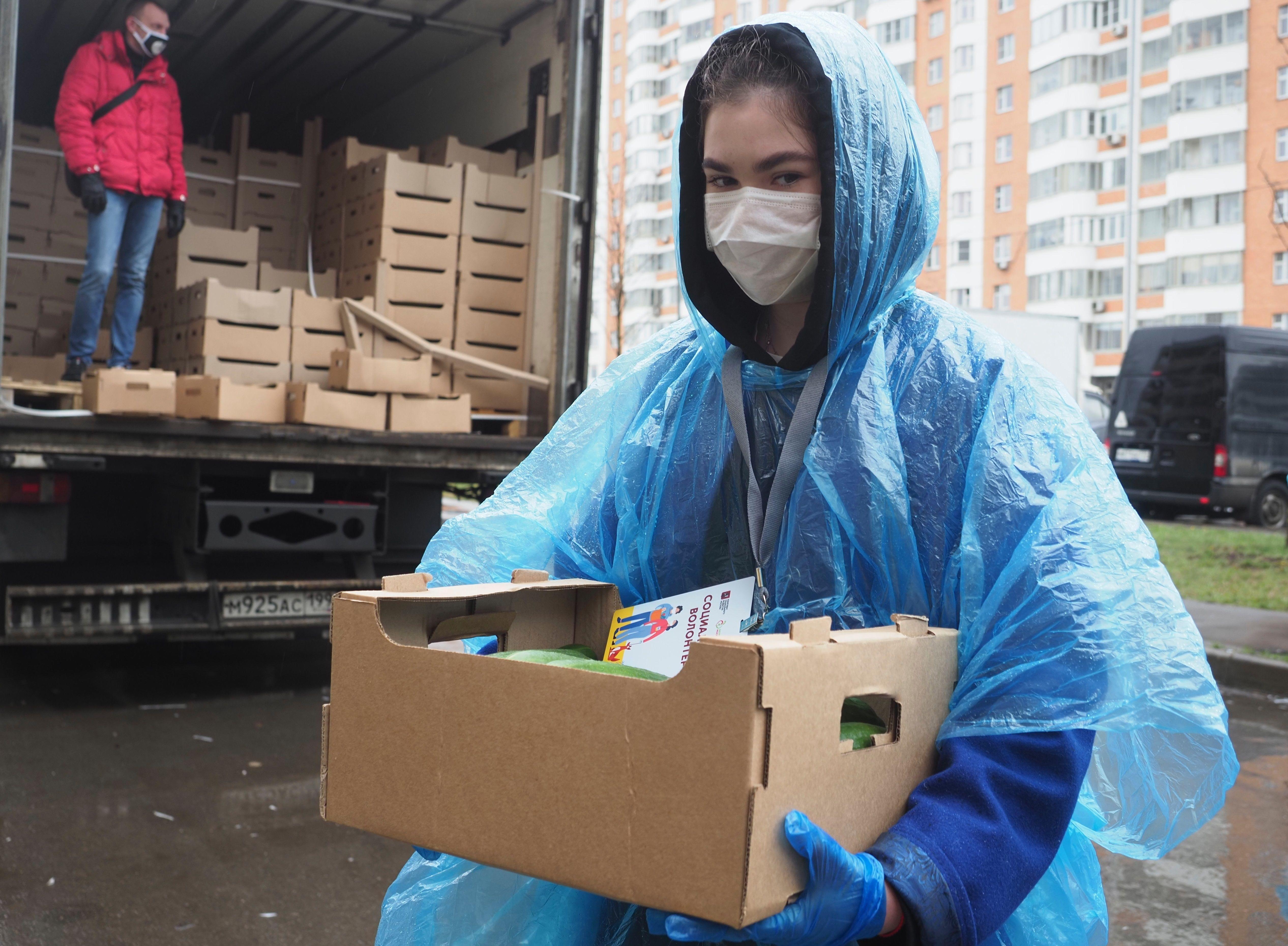 Более ста волонтеров работают на юге Москвы