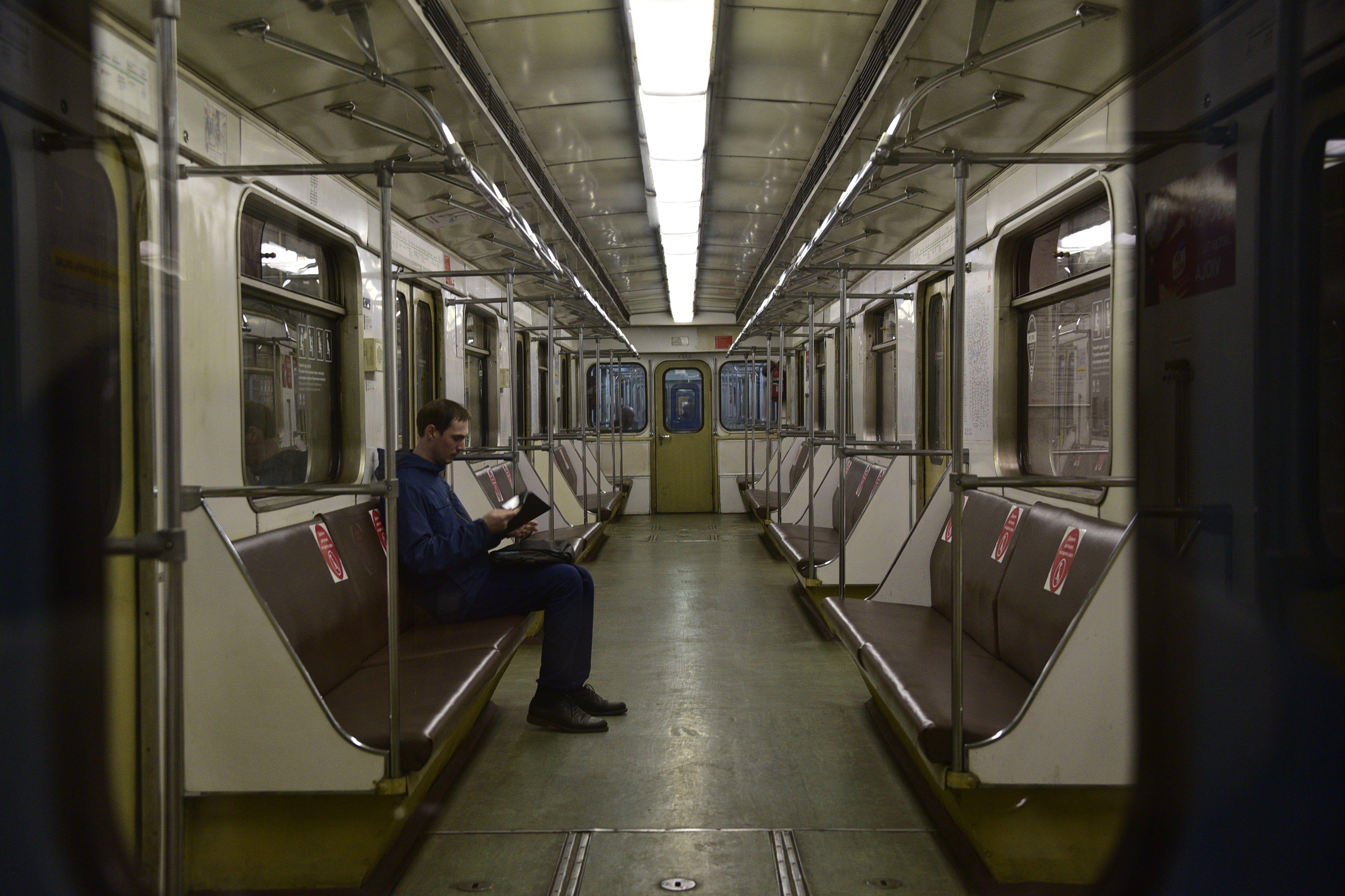 Свободные вагоны в московском метро обозначили стикерами