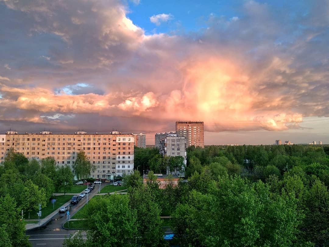 Парящий дракон: природное явление запечатлели в небе Орехова-Борисова Северного