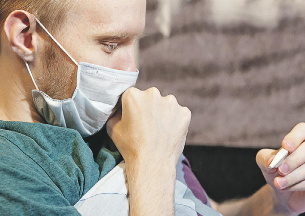 Приложение «Социальный мониторинг» в обязательном порядке должны установить пациенты с коронавирусом и ОРВИ, проходящие лечение дома, и проживающие с ними горожане. Фото: SHUTTERSTOCK