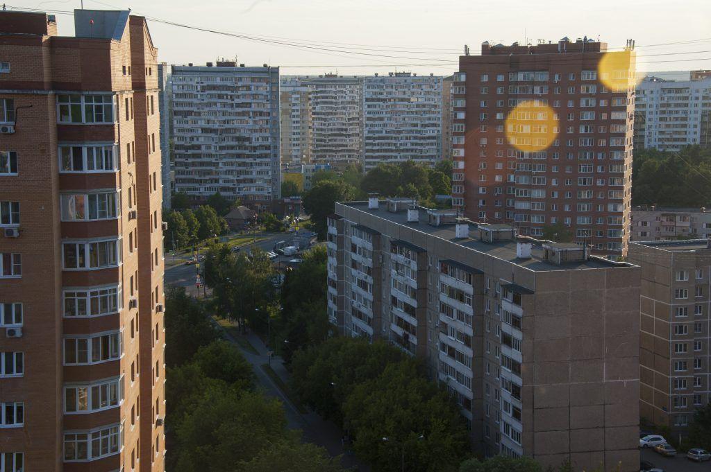 Кровли шести домов обновят в Орехове-Борисове Южном. Фото: Александр Кожохин, «Вечерняя Москва»