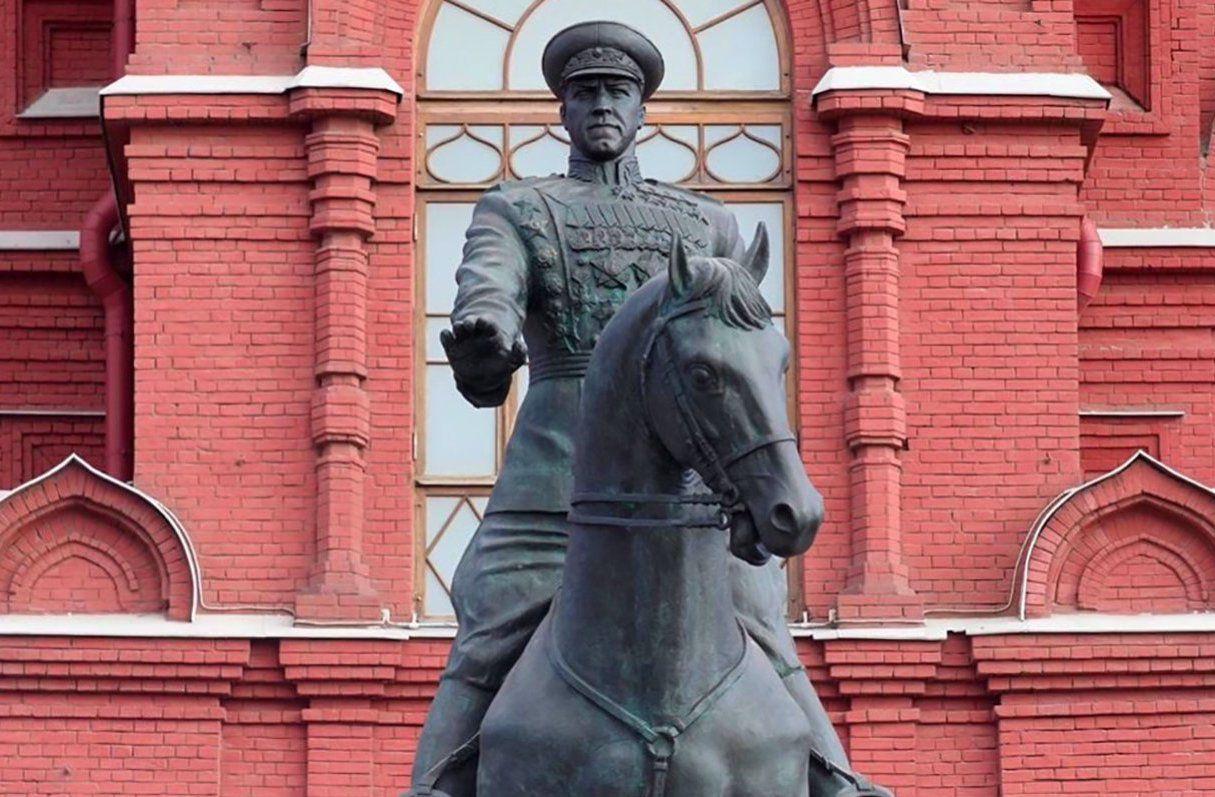 В Москве волонтеры возложили цветы к военным мемориалам от имени ветеранов