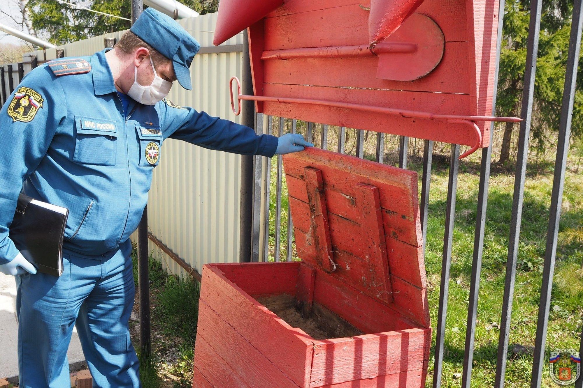 МЧС Москвы просит не забывать о правилах пожарной безопасности, находясь на своих приусадебных участках