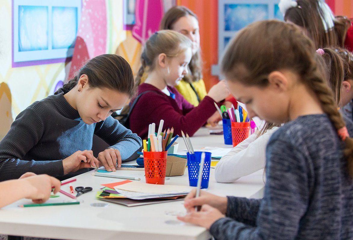 Картины из макарон и пластилина: необычные мастер-классы представили в соцсетях «Загорья»