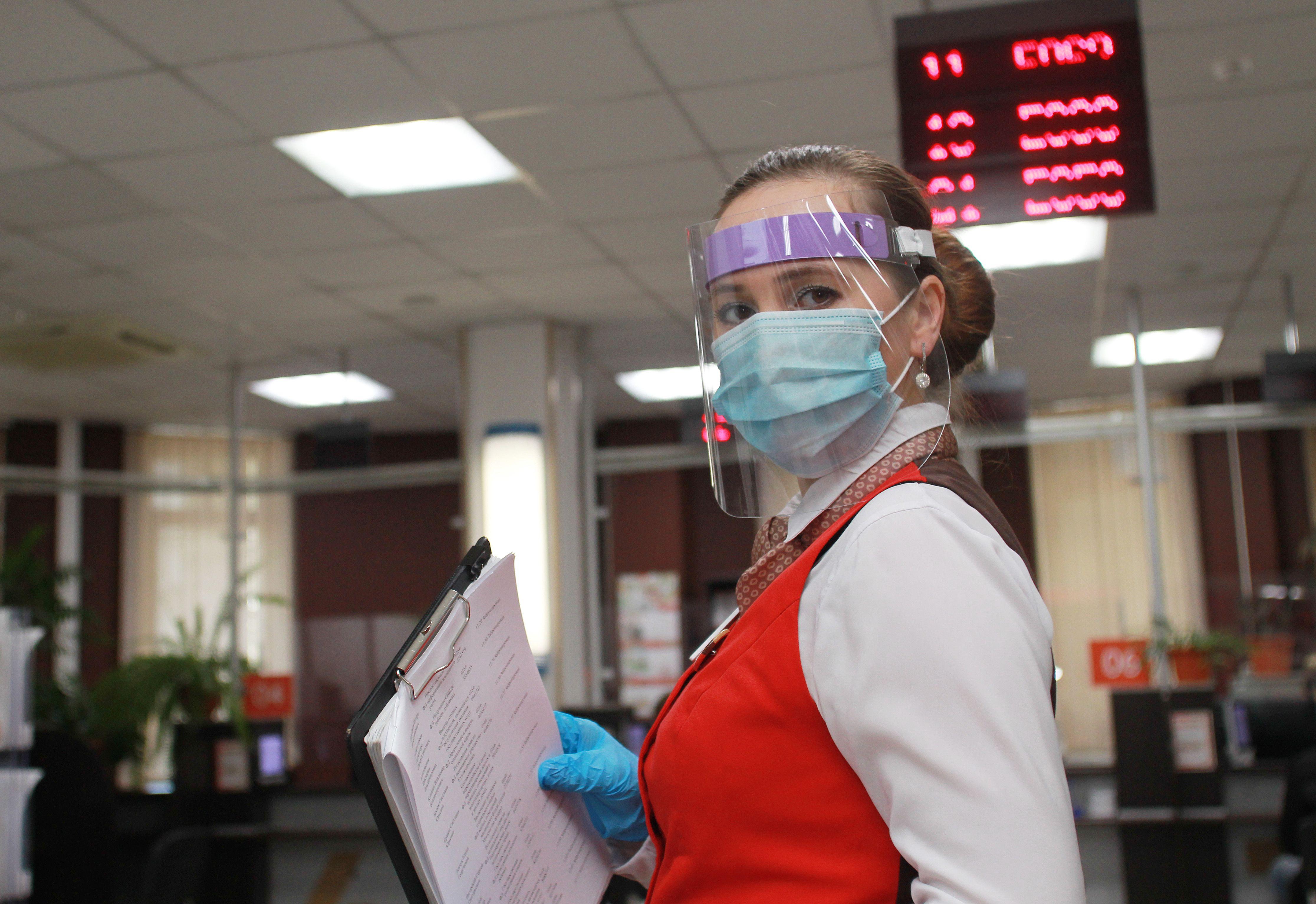 В помещениях продолжает действовать масочно-перчаточный режим. Фото: Наталия Нечаева