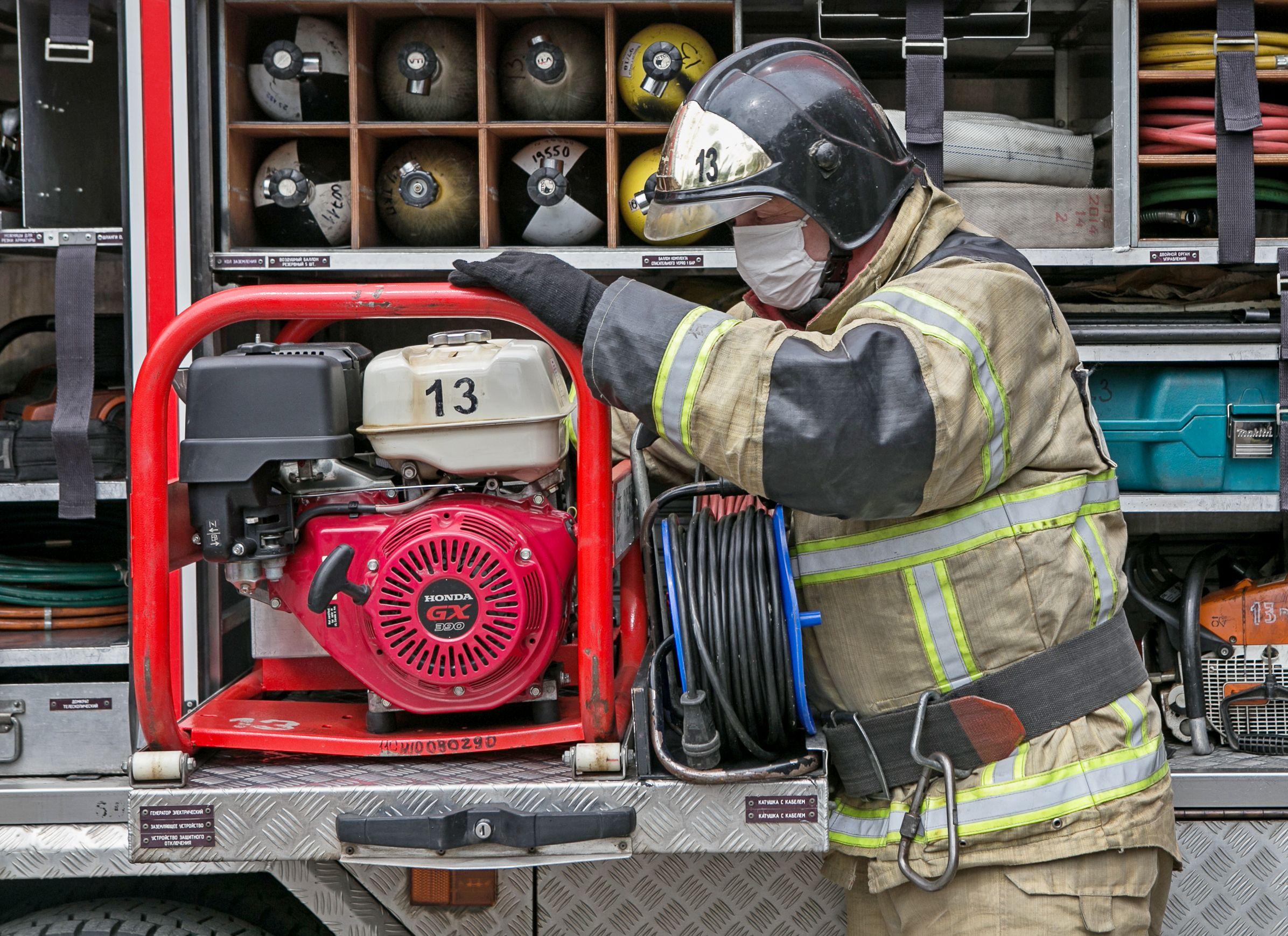 МЧС спасло человека из пожара на юге Москвы