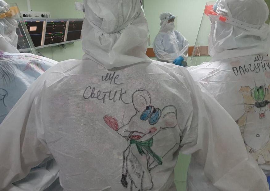 Врачи Павловской больницы украсили защитные костюмы героями мультфильмов