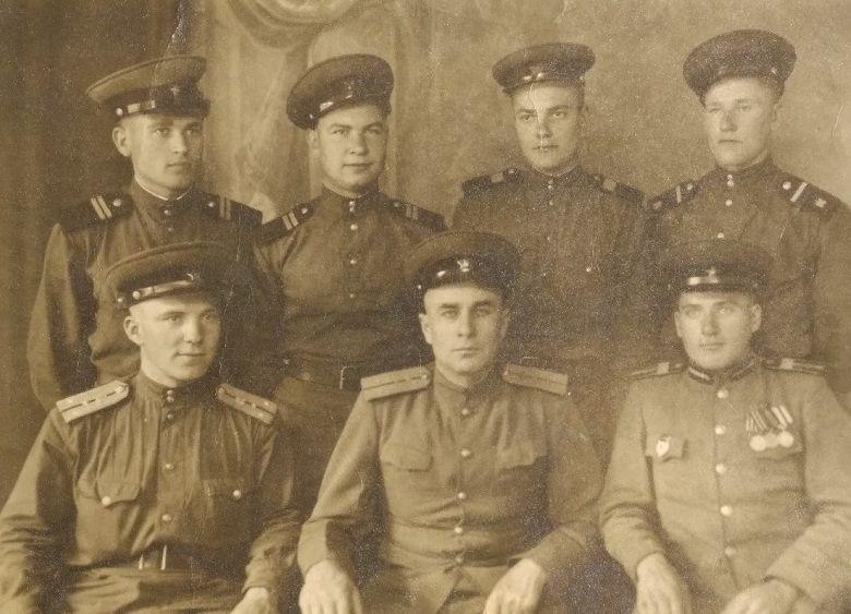 1943 год. Дмитрий Балабан с группой товарищей. Прошло два года тяжелейших боев, впереди почти столько же. Фото из архива Лилии Козловой