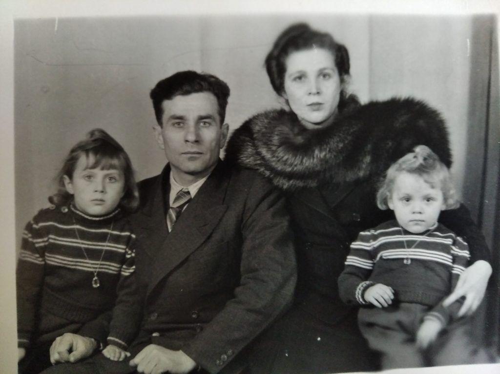 Дмитрий Андреевич Балабан с семьей, 1947 год. Фото из личного архива Лилии Козловой