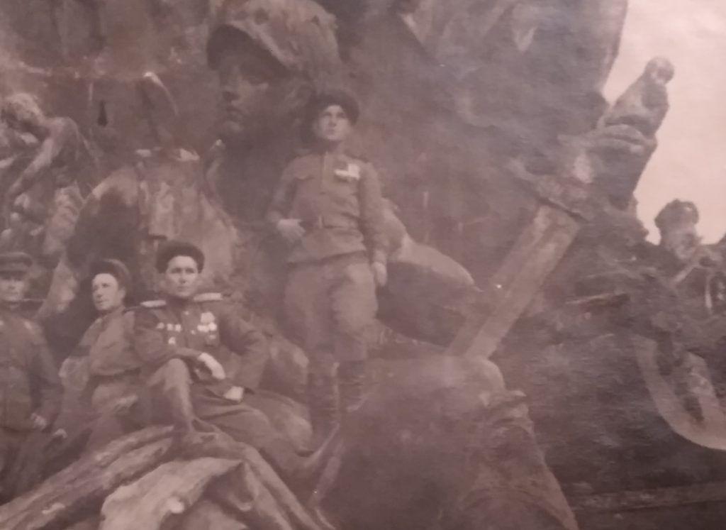 Май 1945 года, Берлин. Поверженный Рейхстаг. В центре слева гвардии майор Дмитрий Балабан. Фото из личного архива Лилии Козловой