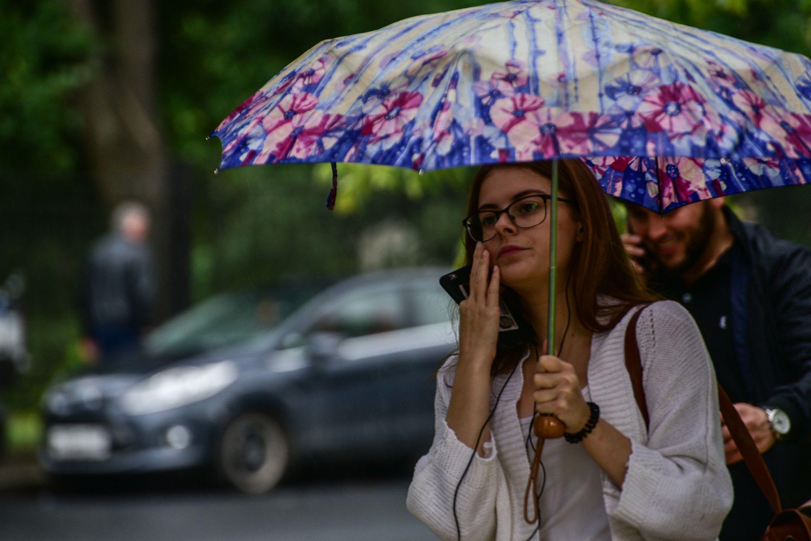 Жителей Москвы ждет жаркая и ветрена погода на выходных