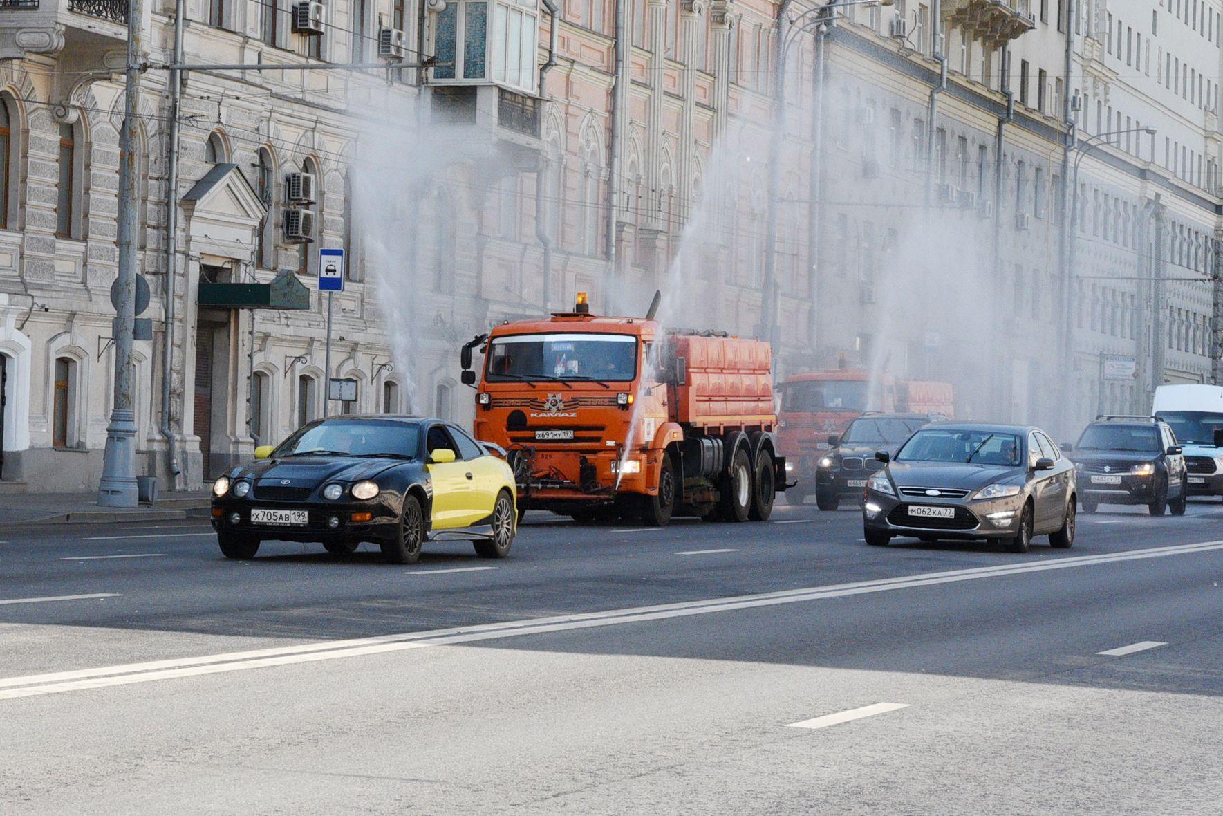 Московские дороги стали поливать каждые три часа