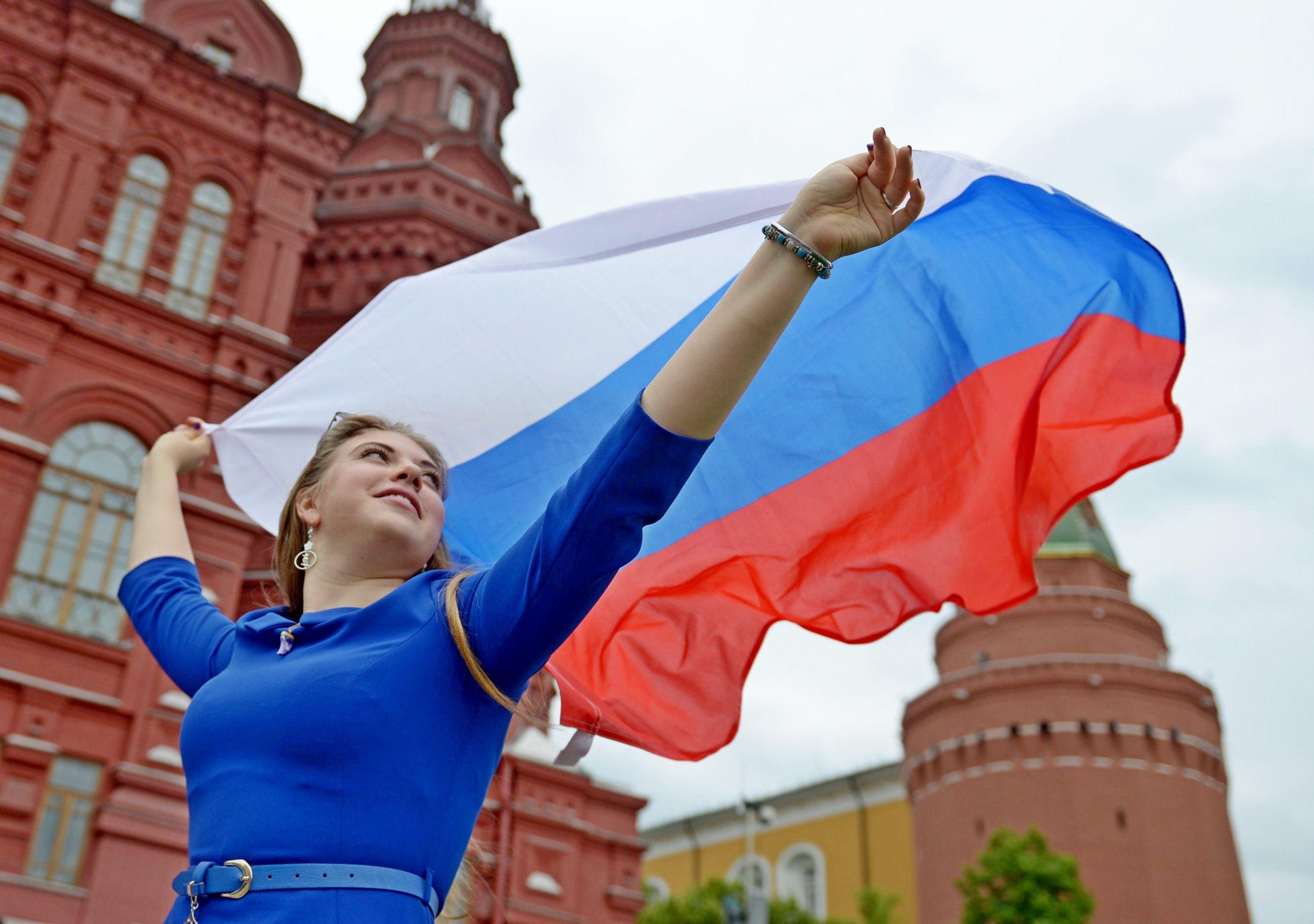 Москву украсили праздничными плакатами ко Дню России