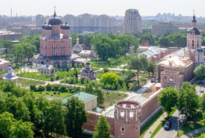 Москвичей пригласили на субботник в некрополе Донского монастыря