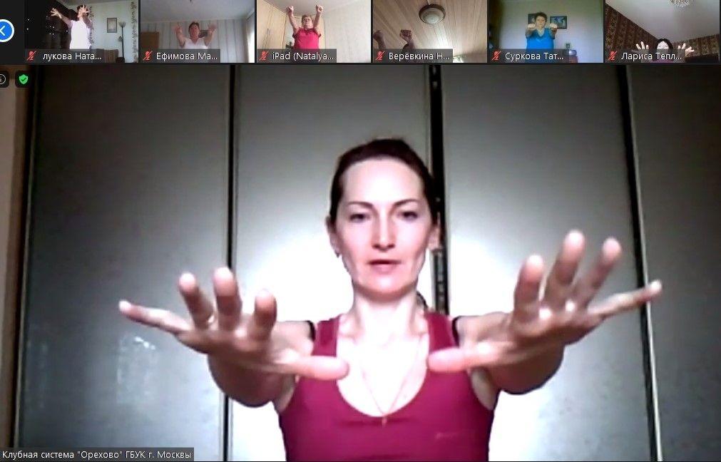 Зажигательное лето: «Московские долголеты» юга танцуют и рисуют онлайн