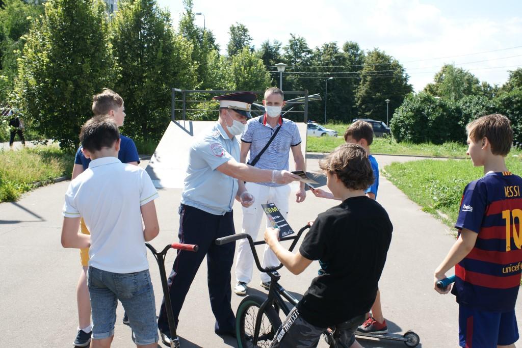 Член Общественного совета при УВД по ЮАО Павел Фомин совместно с сотрудниками полиции принял участие в профилактическом мероприятии среди юных велосипедистов и самокатчиков