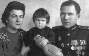 Ефим Бойчук в конце 1940х годов — со второй женой Людмилой и дочкой Оксаной. Фото: из семейного архива