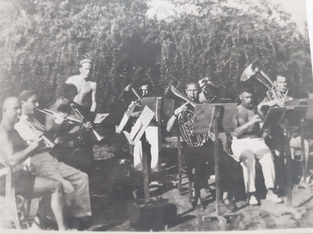 Одно из выступлений заводского оркестра, Кленков — второй справа. Фото из личного архива