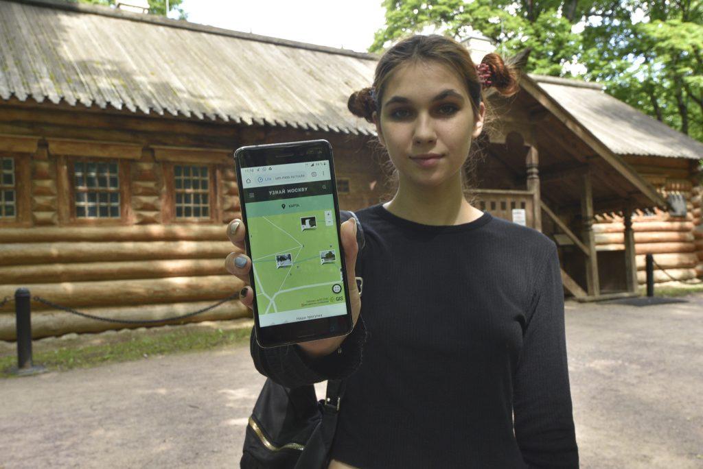 Корреспондент «Южных горизонтов» Диана Воронкова демонстрирует на экране телефона маршрут по «Коломенскому». Фото: Пелагия Замятина
