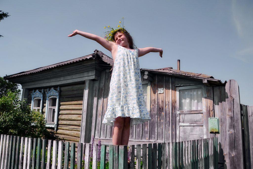 Работа «Хорошо в деревне летом заплести венок», автор Алина Аширова, на фото Алена Шнайдер